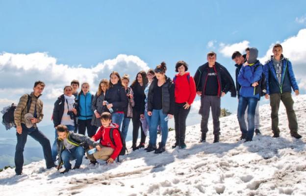 Wyprawa w góry z młodymi parafianami. Ks. Krzysztof – pierwszy z lewe