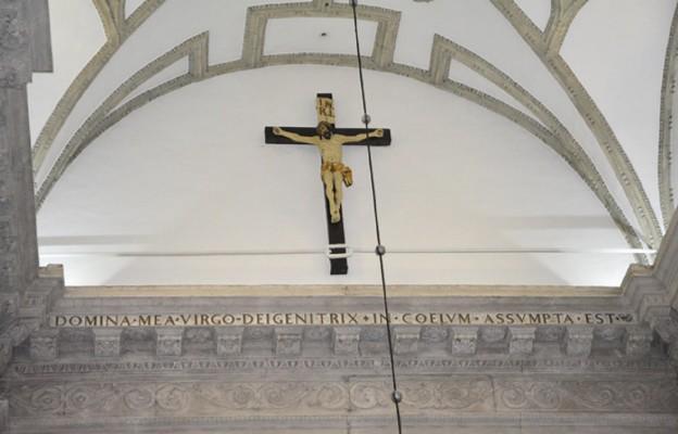 Sklepienie zamojskiej katedry ze słowami św. Tomasza
