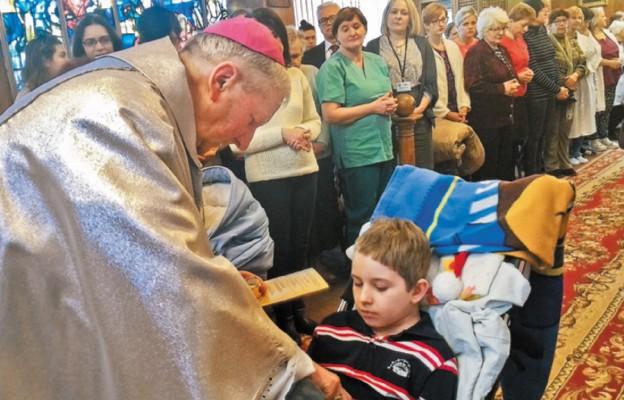 Bp Jan Zając udziela sakramentu namaszczenia chorych jednemu z pacjentów szpitala