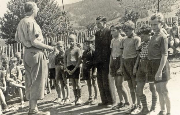 Ks. Franciszek Blachnicki z ministrantami