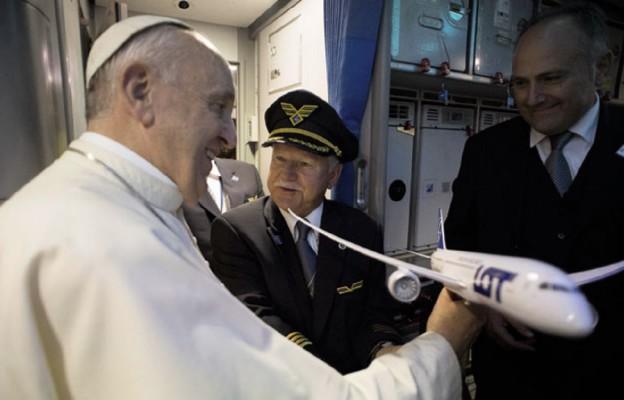 Kpt. Jerzy Makula prezentuje model samolotu