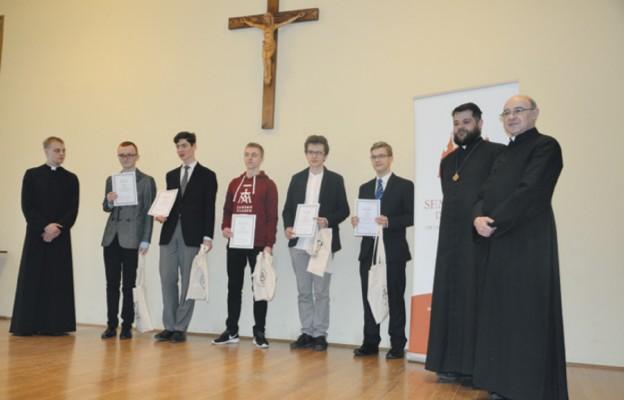 Laureaci konkursu oraz przedstawiciele organizatorów; ks. prof. Krzysztof Gryz (pierwszy z prawej), ks. Michał Leśniak i kl. Szymon Kapłon