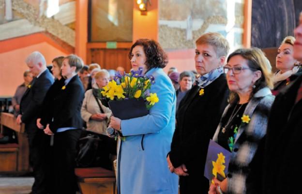 Z naręczem kwiatów prezes Justyna Walecz-Majewska
