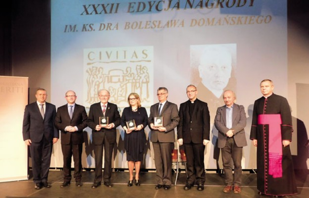 Laureaci tegorocznej nagrody wraz z Kapitułą i honorowymi gośćmi