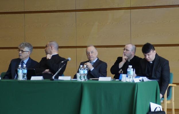 Antoni Szymański  na zdjęciu w środku