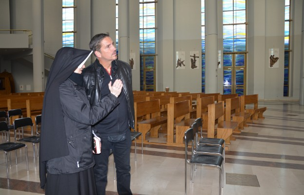 W czasie pobytu w Polsce Jim Caviezel (narrator filmu) był także w Łagiewnikach, w sanktuarium Bożego Miłosierdzia
