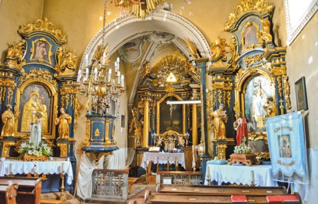 Wnętrze kościoła, w ołtarzu bocznym patron św. Stanisław BM