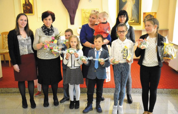 """Dzieci ze szkolnego koła Caritas ze Zbylutowa odwiedziły przed Wielkanocą podopiecznych legnickiego """"Samarytanina"""""""