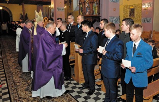 Bp Stanisław Jamrozek udzielił sakramentu bierzmowania 44-osobowej grupie młodzieży
