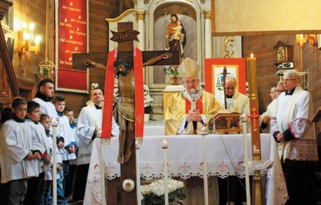 Wizytacja kanoniczna przebiegała w obecności relikwii Drzewa Krzyża