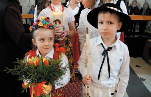 Dzieci z darami ołtarza