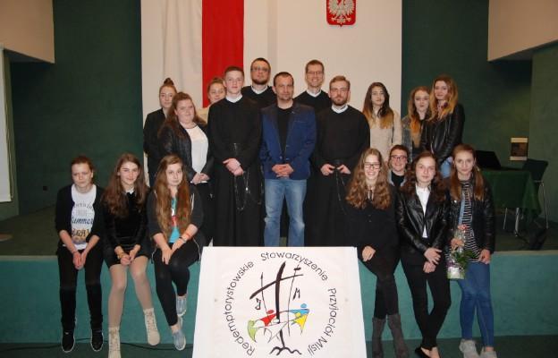 Gościem otwartego spotkania Redemptorystowskiego Stowarzyszenia Przyjaciół Misji był por. Karol Cierpica (w środku)