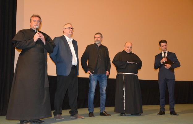 Po premierze w krakowskim kinie Kijów o filmie mówili; ks. Waldemar Pawelec SAC, Mariusz Pilis ( reżyser), Dariusz Walusiak ( reżyser), br. Jan Hruszowiec OFMConv i Andrzej Sobczyk (producent filmu)