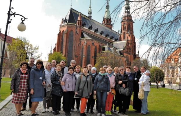 """Czytelnicy i pracownicy """"Niedzieli"""" przy katedrze w Legnicy"""