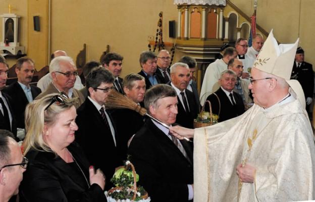 Bp Józef Szamocki święci przywiezioną przez rolników ziemię