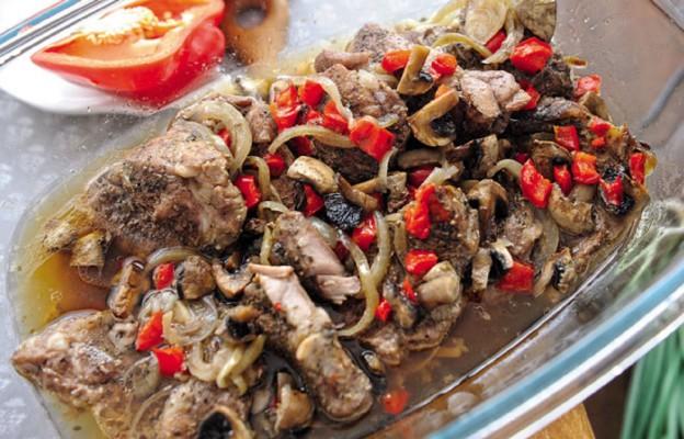 Karkówka z pieczarkami i papryką