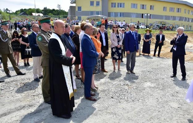 Uroczystość wmurowania kamienia węgielnego pod Narodowe Ośrodka Autyzmu w Stróżach