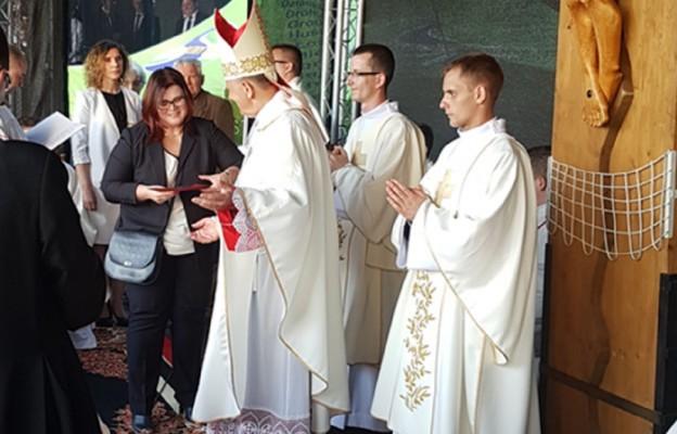 Nagrodę odbiera Edyta Hartman - redaktor Tygodnika Katolickiego