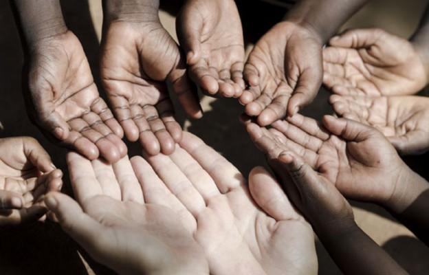 Młodzież pomaga dzieciom w Kenii
