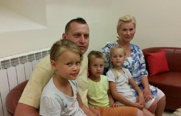 Katolicka rodzina wspólnie oczekuje na pojawienie się nowego jej członka
