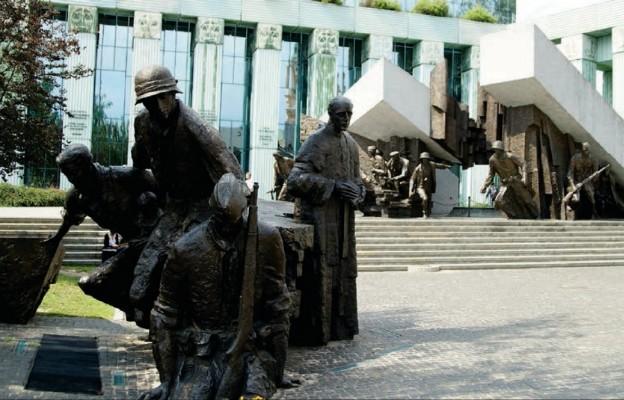 Donald Trump osobiście wybrał plac Krasińskich, gdzie znajduje się pomnik Powstania Warszawskiego, na miejsce, z którego chciał przemawiać do Polaków