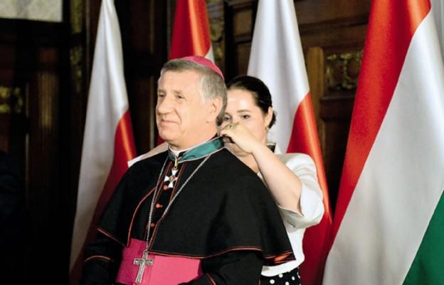 Abp Andrzej Dzięga podczas ceremonii nadania węgierskiego odznaczenia