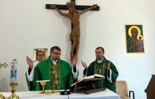Msza św. na zakończenie rekolekcji; przewodniczy ks. Krzysztof Gałan, obok o. Mariusz Mazurkiewicz