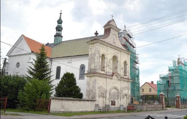 Trwa remont elewacji obiektów kościelnych w najstarszej parafii w Sędziszowie. Festyn rodzinny wesprze inwstycję