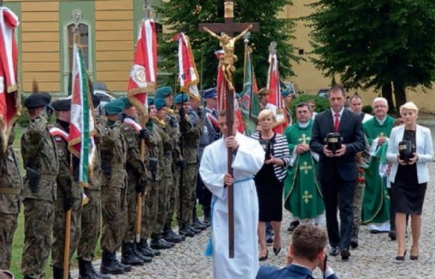 Ziemia z miejsc kaźni Polaków w sanktuarium Matki Bożej Łaskawej