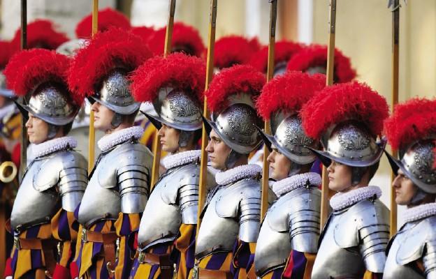 Watykan: już 11 gwardzistów szwajcarskich zakażonych koronawirusem