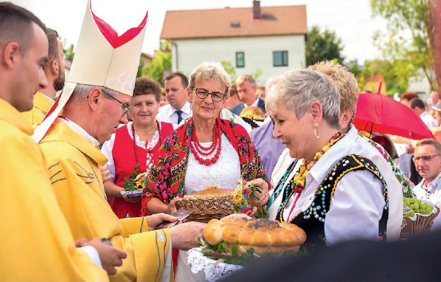 Delegacje z parafii składały dary ofiarne