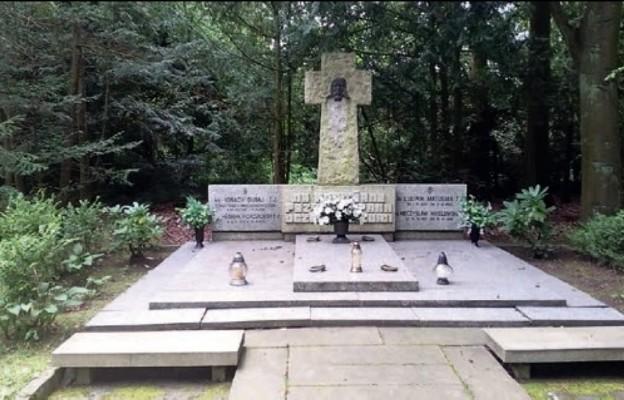 Stając nad grobami kapłańskimi