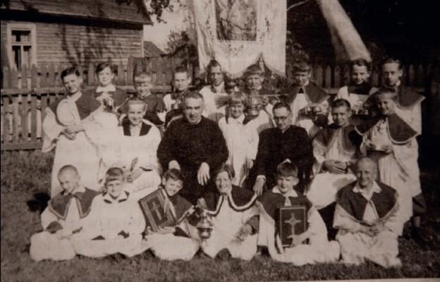 Z ks. J. Moniuszką i ministrantami w Hajnówce, 1942 r.