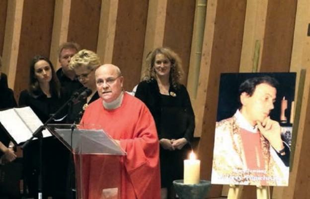 Ks. Bernard Brien odprawia Mszę św. przy relikwiach bł. ks. Jerzego Popiełuszko w rocznicę jego porwania - 19 X 2016 r.