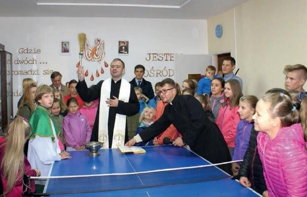 Ks. Andrzej Nackowski poświęca salkę parafialną