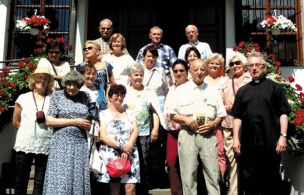 Pielgrzymi przed sanktuarium św. Brata Alberta w Krakowie