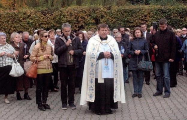 Wierni zgromadzeni na placu seminaryjnym