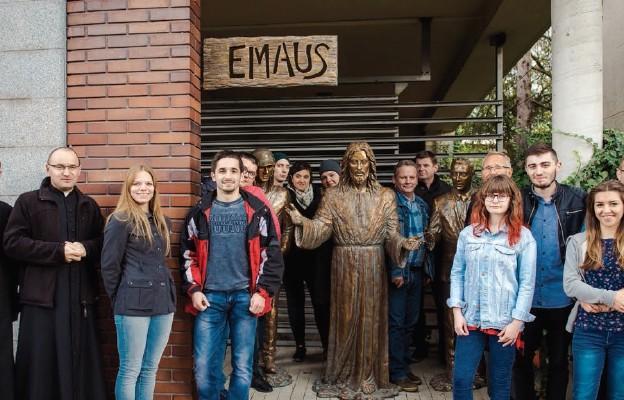 Studenci, duszpasterze i ludzie zaangażowani w budowę kościoła