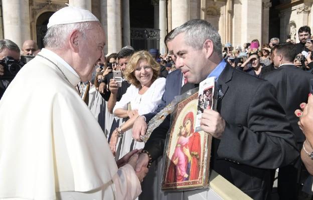 Papież błogosławi ikonę Matki Bożej, dar Syrii dla Polaków wspierających akcję Caritas Polska