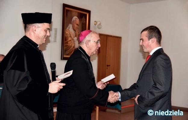Abp Wacław Depo wręcza dyplomy zeszłorocznym absolwentom Wyższego Instytutu Teologicznego
