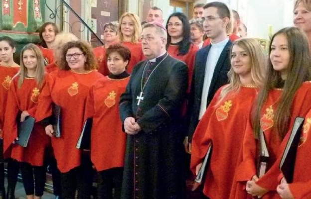 Bp Mariusz Leszczyński i chór z Radymna