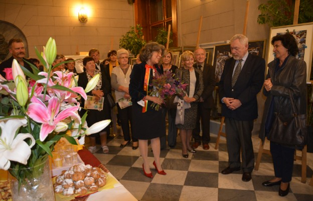 Z wystawami jest jak z medalami - mówi Łucja Kłańska Kanarek (w środku z bukietem kwiatów)
