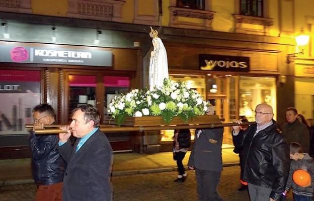 W procesji wierni nieśli figurę Matki Bożej Fatimskiej