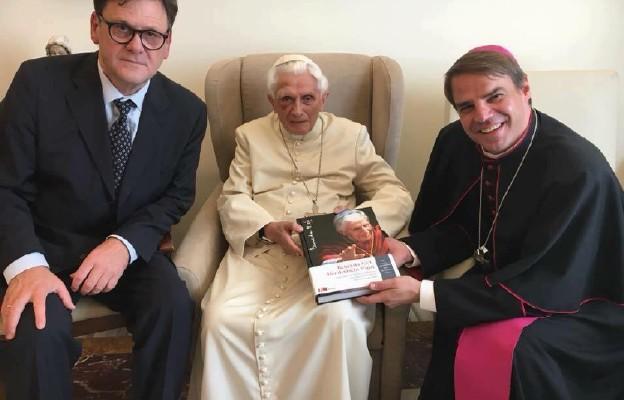 Abp Gänswein zapewnia: Benedykt XVI czuje się dobrze