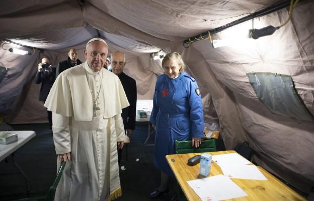 Papież w namiocie Caritas dla ubogich obok pl. Świetego Piotra w Rzymie