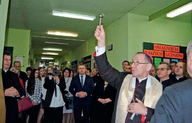 Bp Marian Rojek poświęca pamiątkową tablicę