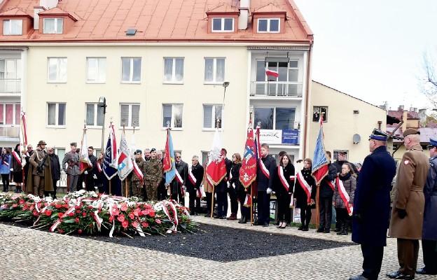Służby mundurowe składają wieniec pod pomnikiem płk. Leopolda Lisa-Kuli