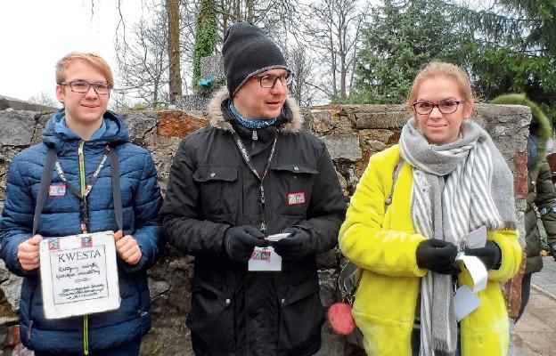 Dziennikarze i uczniowie to sprawdzona drużyna podczas kwesty na Cmentarzu Starym