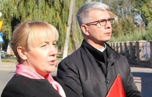 Prezes Akcji Katolickiej Maria Dierżanowska wraz z księdzem asystentem Piotrem Wójcikiem