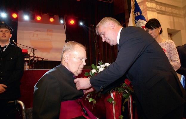 Ks. W. Torbus przyjmuje Złoty Krzyż Zasługi
